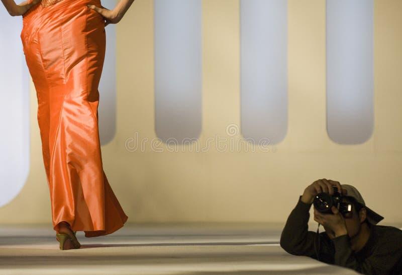 Πρότυπο μόδας σε έναν στενό διάδρομο στοκ εικόνες