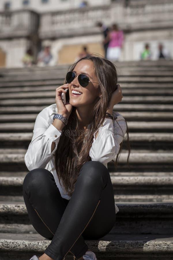 Πρότυπο μόδας στα ισπανικά σκαλοπάτια στοκ φωτογραφίες