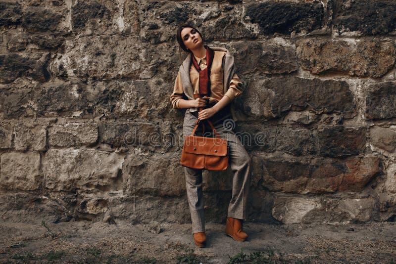 Πρότυπο μόδας στα μοντέρνα ενδύματα όμορφη κοντινή γυναίκα τοίχ στοκ εικόνα με δικαίωμα ελεύθερης χρήσης