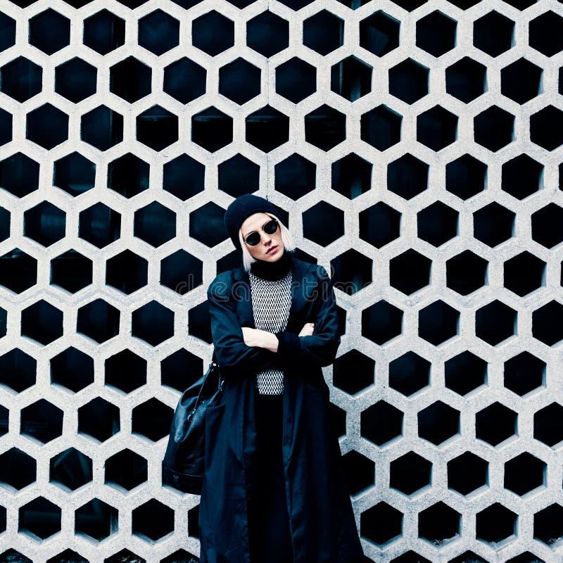 Πρότυπο μόδας στην οδό Μοντέρνος αστικός κοιτάζει στοκ εικόνες