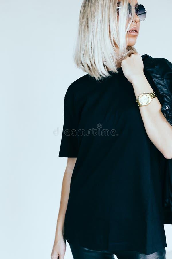 Πρότυπο μόδας στον ιματισμό και την μπλούζα δέρματος στοκ φωτογραφία με δικαίωμα ελεύθερης χρήσης