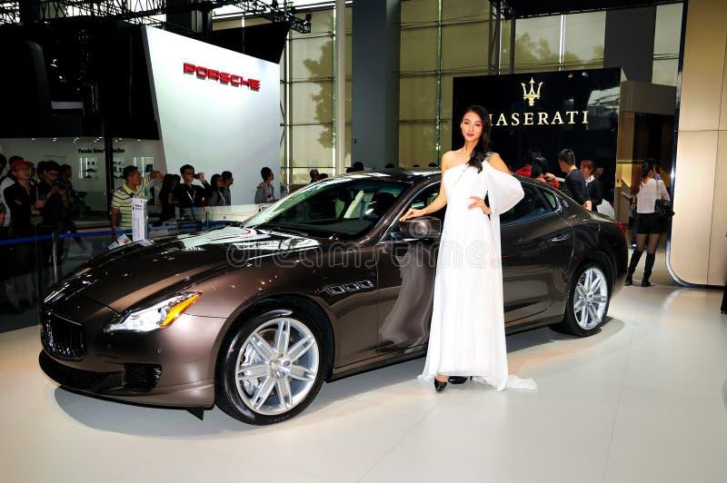 Πρότυπο μόδας στο αθλητικό αυτοκίνητο Maserati Quattroporte στοκ φωτογραφίες με δικαίωμα ελεύθερης χρήσης