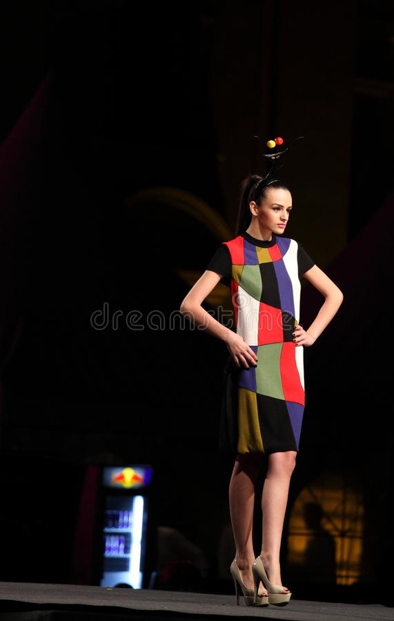 Πρότυπο περπάτημα μόδας στη σκηνή στοκ εικόνες με δικαίωμα ελεύθερης χρήσης