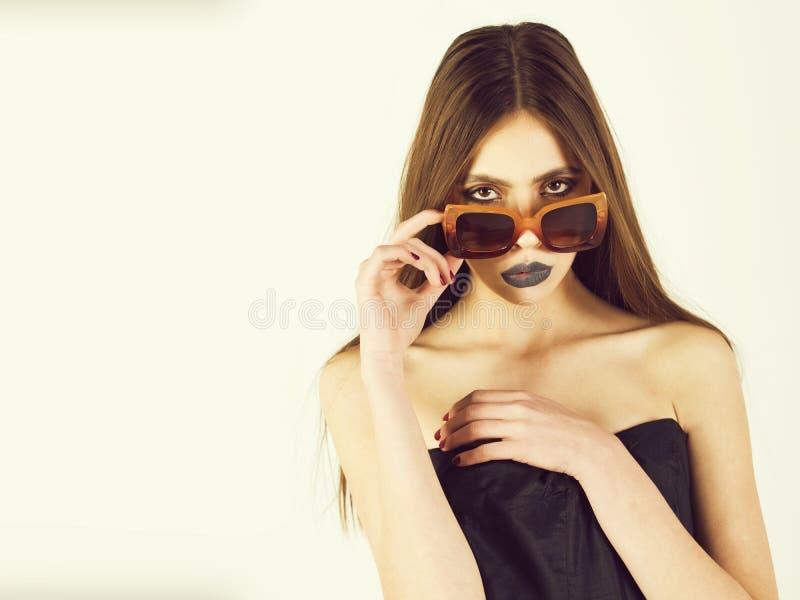 Πρότυπο πορτρέτο κοριτσιών μόδας ομορφιάς, που φορά τα μοντέρνα γυαλιά ηλίου, διάστημα αντιγράφων στοκ εικόνες με δικαίωμα ελεύθερης χρήσης