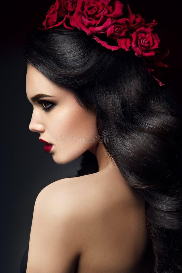 Πρότυπο πορτρέτο κοριτσιών μόδας ομορφιάς με τα τριαντάφυλλα στοκ φωτογραφία με δικαίωμα ελεύθερης χρήσης