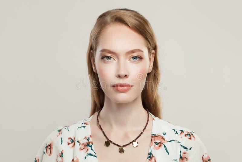 Πρότυπο πορτρέτο κοσμήματος Όμορφη γυναίκα στο περιδέραιο μόδας με το γρανάτη και χρυσές χάντρες στο άσπρο υπόβαθρο στοκ φωτογραφία με δικαίωμα ελεύθερης χρήσης