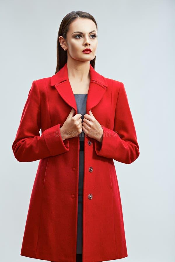 Πρότυπο πορτρέτο μόδας στο ύφος ενδυμάτων καταλόγων στο κόκκινο πνεύμα παλτών στοκ εικόνες