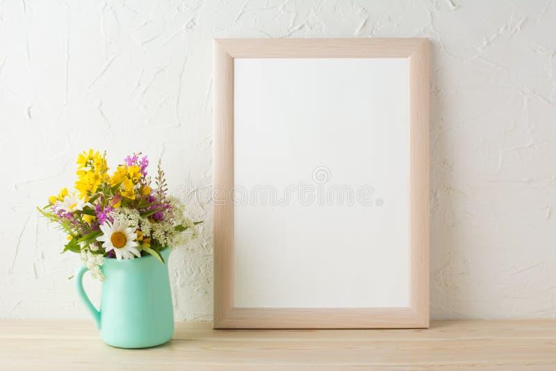 Πρότυπο πλαισίων με τα λουλούδια στο πράσινο βάζο μεντών στοκ εικόνες με δικαίωμα ελεύθερης χρήσης