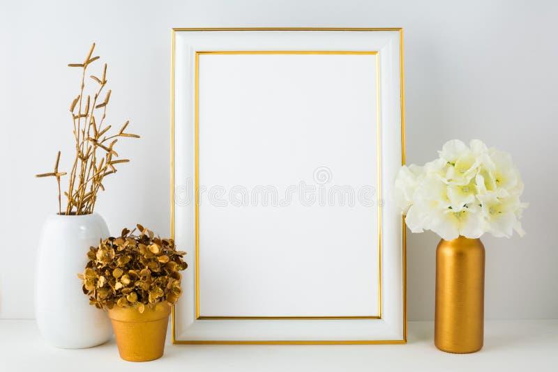 Πρότυπο πλαισίων με το hydrangea ελεφαντόδοντου στο χρυσό βάζο, άσπρο αγγείο στοκ φωτογραφία