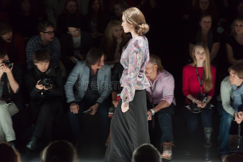 Πρότυπο σε μια μακριά γκρίζα φούστα στην εβδομάδα μόδας της Mercedes-Benz στοκ εικόνες
