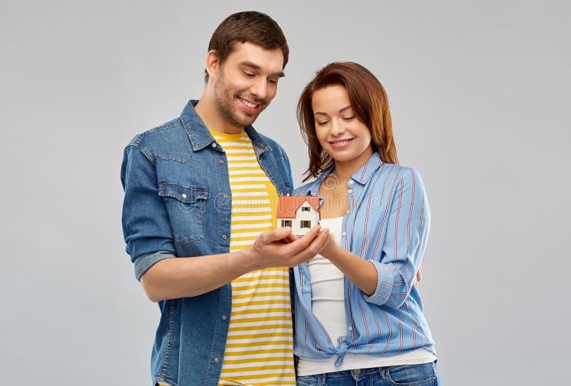 Πρότυπο σπιτιών εκμετάλλευσης ζευγών χαμόγελου στοκ φωτογραφία με δικαίωμα ελεύθερης χρήσης