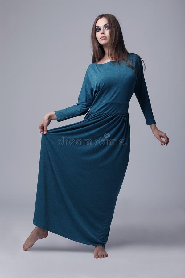 Πρότυπο στο μακρύ πράσινο φόρεμα στοκ φωτογραφία