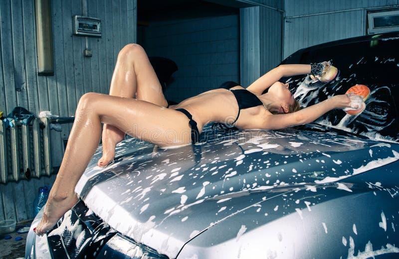 Πρότυπο στο πλύσιμο αυτοκινήτων στο γκαράζ στοκ εικόνες με δικαίωμα ελεύθερης χρήσης