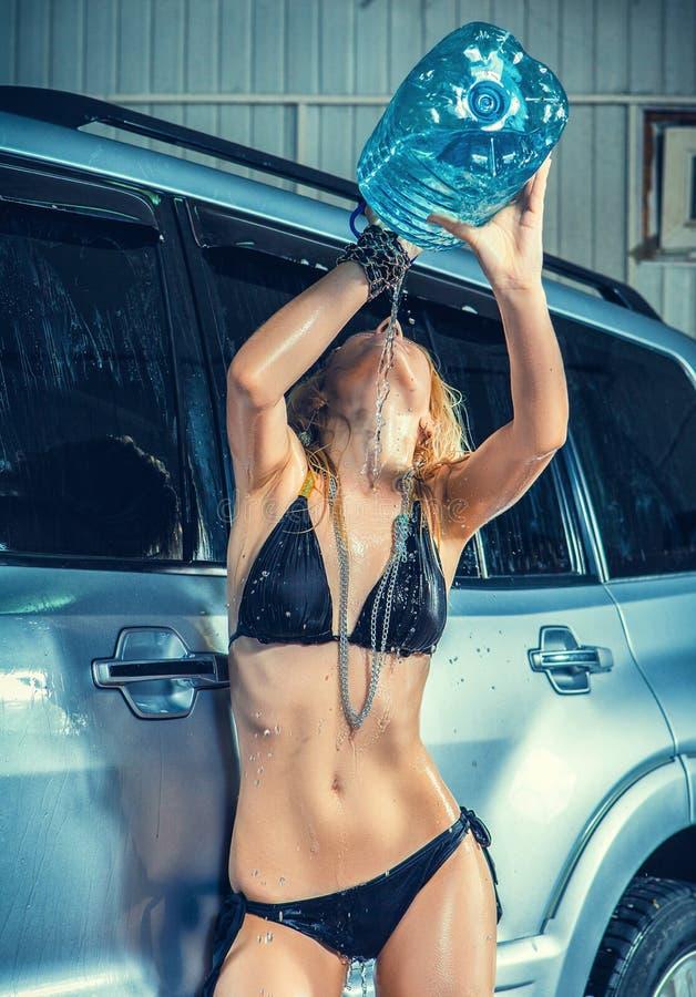 Πρότυπο στο πλύσιμο αυτοκινήτων στο γκαράζ στοκ εικόνες