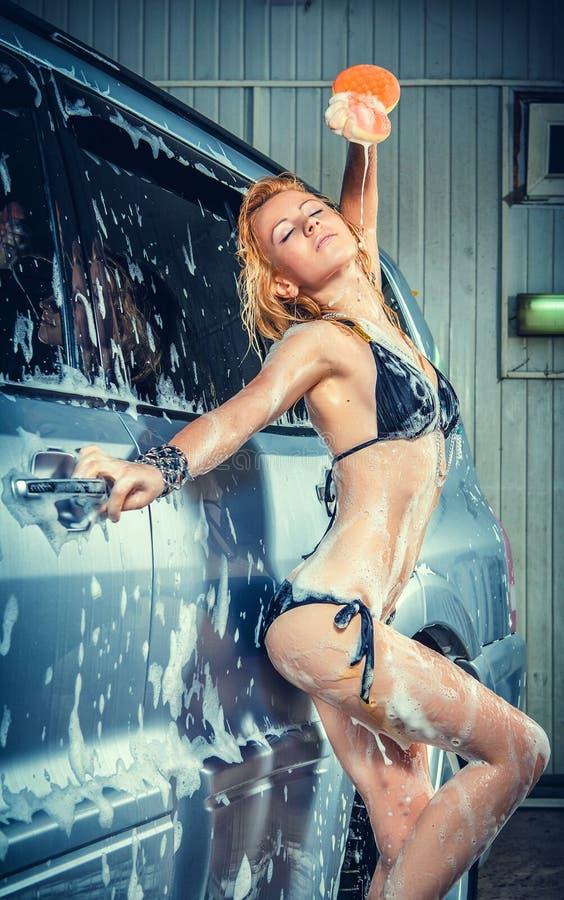 Πρότυπο στο πλύσιμο αυτοκινήτων στο γκαράζ στοκ φωτογραφία με δικαίωμα ελεύθερης χρήσης