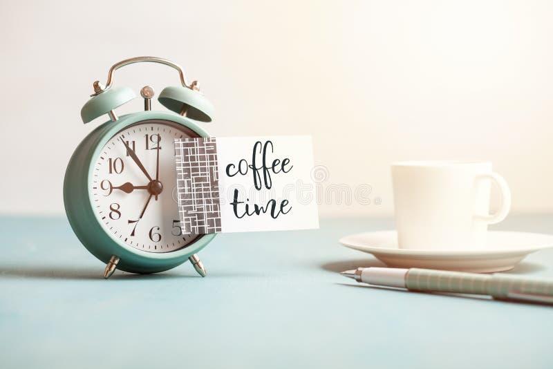 Πρότυπο του αναδρομικού ξυπνητηριού ύφους με την κενή κολλώδη σημείωση με το χρόνο καφέ κειμένων στοκ φωτογραφίες