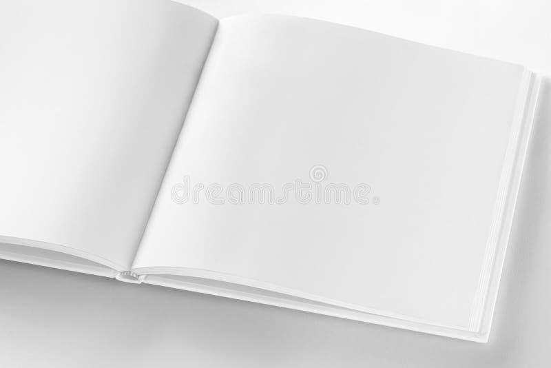 Πρότυπο του ανοιγμένου κενού τετραγωνικού βιβλίου στο άσπρο έγγραφο σχεδίου ελεύθερη απεικόνιση δικαιώματος