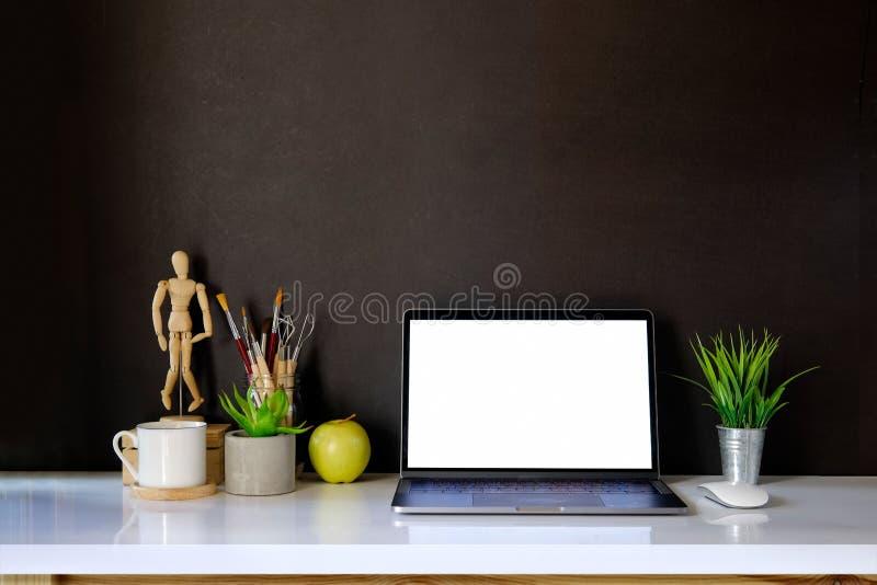 Πρότυπο του δημιουργικού υπολογιστή γραφείου του σχεδιαστή στο σκοτεινό εσωτερικό workplac στοκ εικόνα με δικαίωμα ελεύθερης χρήσης