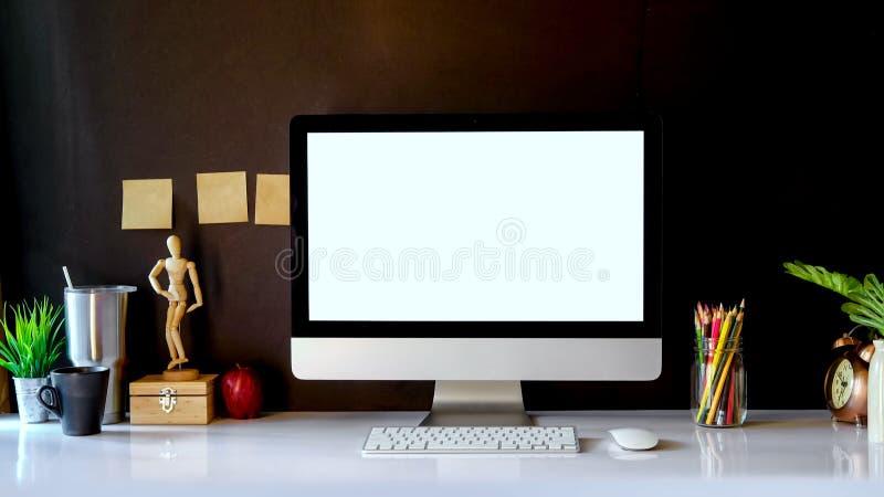 Πρότυπο του δημιουργικού υπολογιστή γραφείου του σχεδιαστή στο σκοτεινό εσωτερικό workplac στοκ φωτογραφία