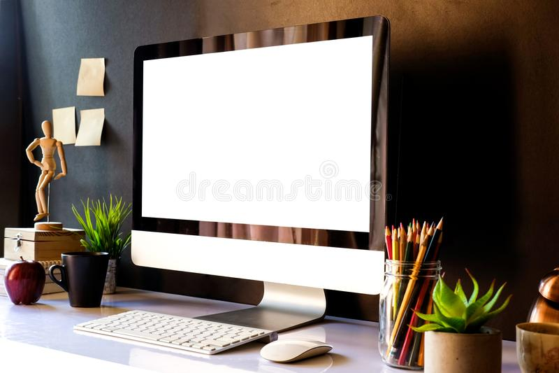 Πρότυπο του δημιουργικού υπολογιστή γραφείου του σχεδιαστή στο σκοτεινό εσωτερικό workplac στοκ εικόνες