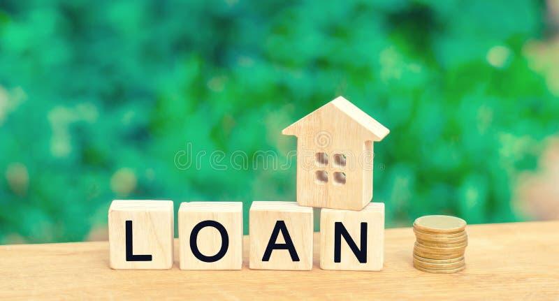 Πρότυπο του σπιτιού, των χρημάτων και του δανείου ` επιγραφής ` Αγορά ενός σπιτιού στο χρέος Οικογενειακή επένδυση στην ακίνητη π στοκ εικόνα με δικαίωμα ελεύθερης χρήσης