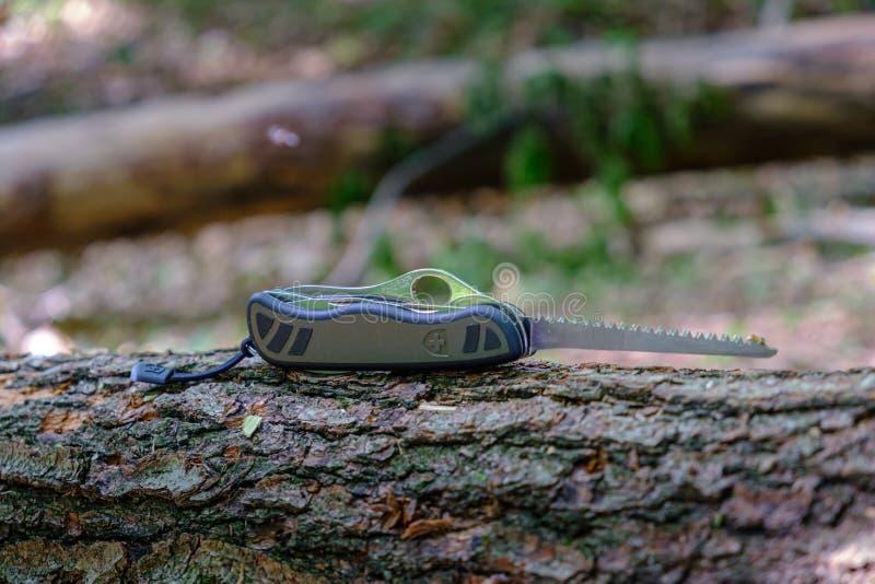 Πρότυπο 08, τυποποιημένο πρότυπο μαχαιριών του ελβετικού στρατιώτη Victorinox ζητημάτων στρατού με την εκτεταμένη λεπίδα πριονιών στοκ φωτογραφίες με δικαίωμα ελεύθερης χρήσης