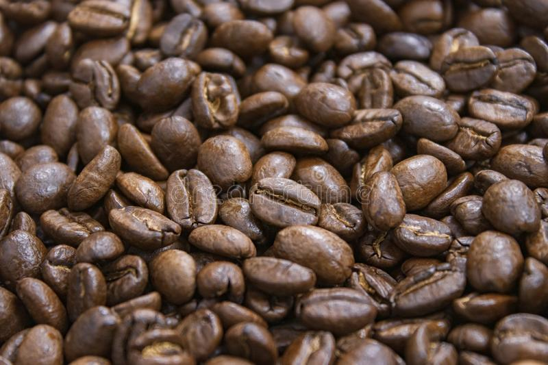 Πρότυπο των φασολιών καφέ στο απομονωμένο σκοτεινό κατασκευασμένο υπόβαθρο στοκ φωτογραφίες
