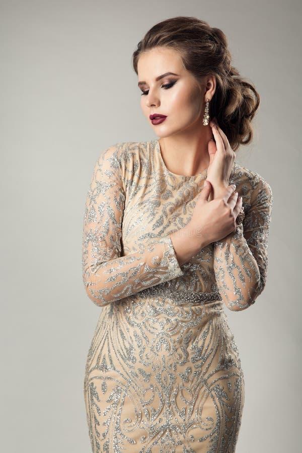 Πρότυπο φόρεμα ομορφιάς μόδας, καλά ντυμένη κομψή γυναίκα στο λαμπιρίζοντας φόρεμα βραδιού στοκ φωτογραφίες με δικαίωμα ελεύθερης χρήσης