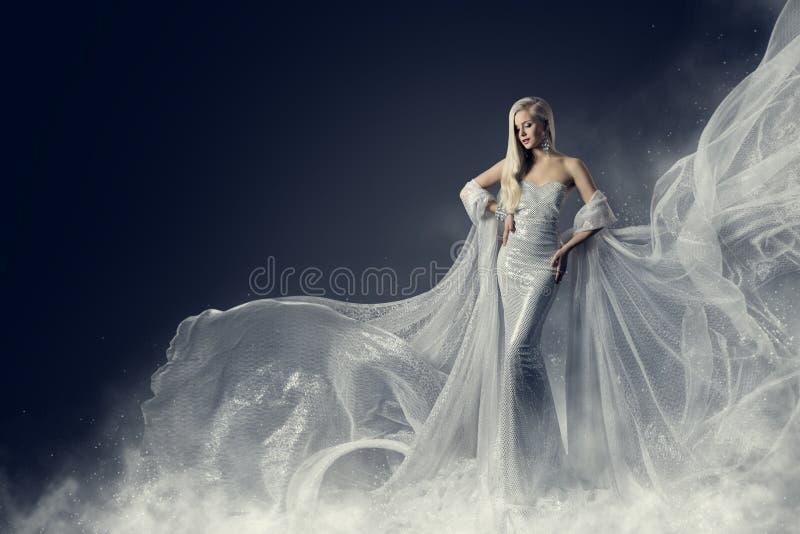 Πρότυπο φόρεμα ομορφιάς μόδας, κυματίζοντας ασημένια εσθήτα υφασμάτων, γυναίκα στοκ εικόνες
