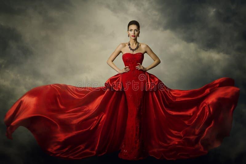 Πρότυπο φόρεμα τέχνης μόδας, κομψή κόκκινη αναδρομική εσθήτα γυναικών στοκ φωτογραφία