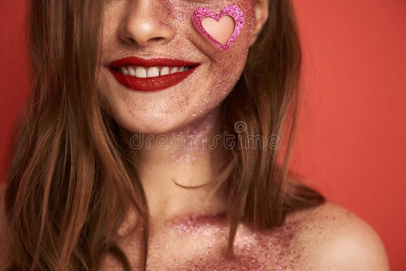 Πρότυπο χαμόγελου με τη δημιουργική τοποθέτηση makeup για τη κάμερα στο στούντιο στοκ εικόνες