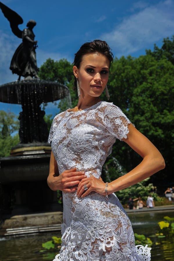 Πρότυπο Kalyn Hemphill θέτει από την πηγή στο Central Park στοκ φωτογραφία με δικαίωμα ελεύθερης χρήσης