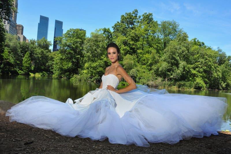 Πρότυπο Kalyn Hemphill θέτει από τη λίμνη στο Central Park στοκ φωτογραφία με δικαίωμα ελεύθερης χρήσης