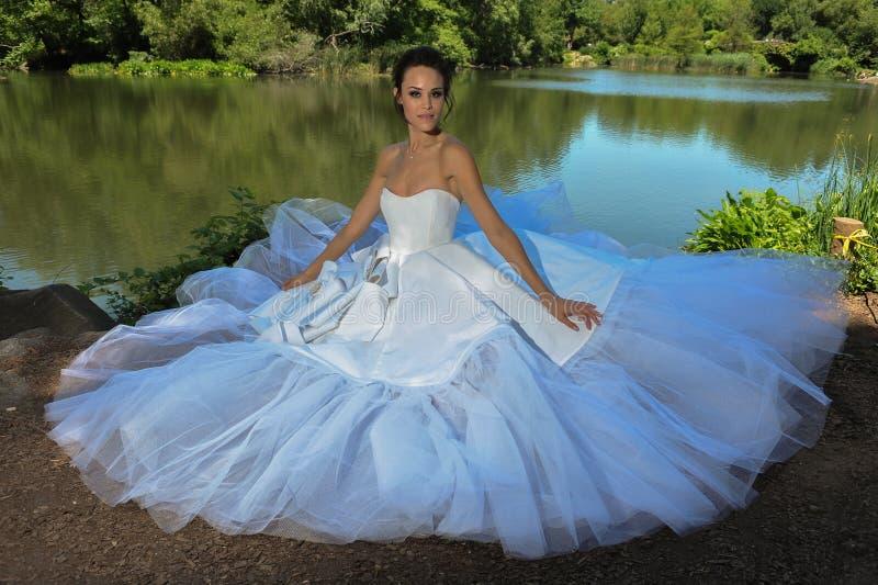 Πρότυπο Kalyn Hemphill θέτει από τη λίμνη στο Central Park στοκ εικόνα