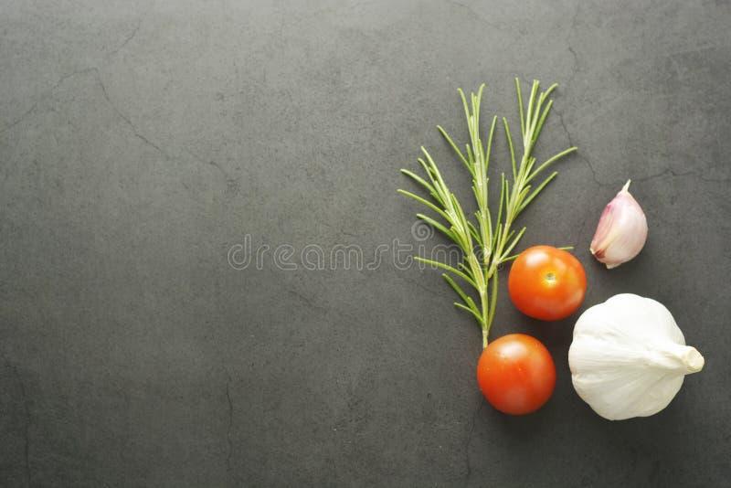 Πρότυπο Ood Rosemary και ντομάτες κερασιών Το σκοτεινό bckground, χλευάζει επάνω για τα ζυμαρικά, επιλογές, ιταλικά τρόφιμα, τροφ στοκ φωτογραφίες με δικαίωμα ελεύθερης χρήσης