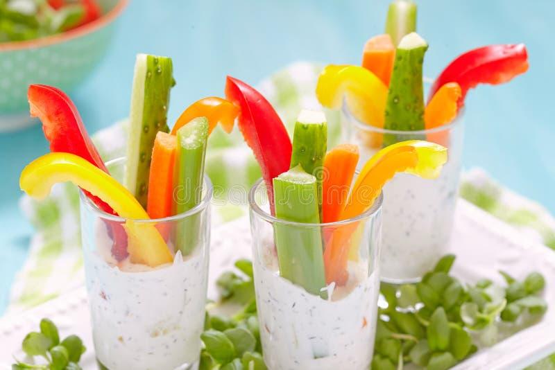 Πρόχειρα φαγητά λαχανικών στο γιαούρτι στοκ φωτογραφία με δικαίωμα ελεύθερης χρήσης
