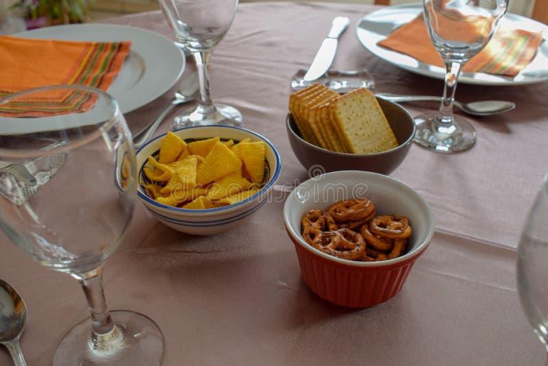 Πρόχειρα φαγητά και γυαλιά κρασιού στον υπέροχα εξυπηρετούμενο πίνακα - οικογενειακό γεύμα στοκ φωτογραφία με δικαίωμα ελεύθερης χρήσης