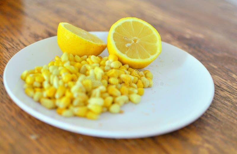 Πρόχειρα φαγητά λεμονιών και καλαμποκιού στοκ εικόνες με δικαίωμα ελεύθερης χρήσης