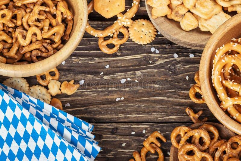 Πρόχειρα φαγητά μπύρας σε έναν ξύλινο πίνακα Βαυαρική πιό oktoberfest πετσέτα Κορυφή β στοκ εικόνες