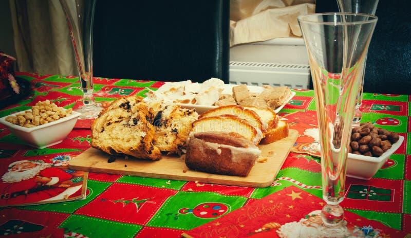 Πρόχειρα φαγητά Χριστουγέννων στον πίνακα στοκ φωτογραφίες με δικαίωμα ελεύθερης χρήσης