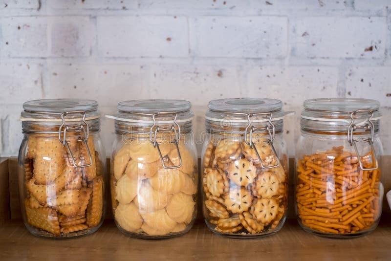 Πρόχειρο φαγητό και μπισκότο στα μεταλλικά κουτιά κουζινών στοκ εικόνες