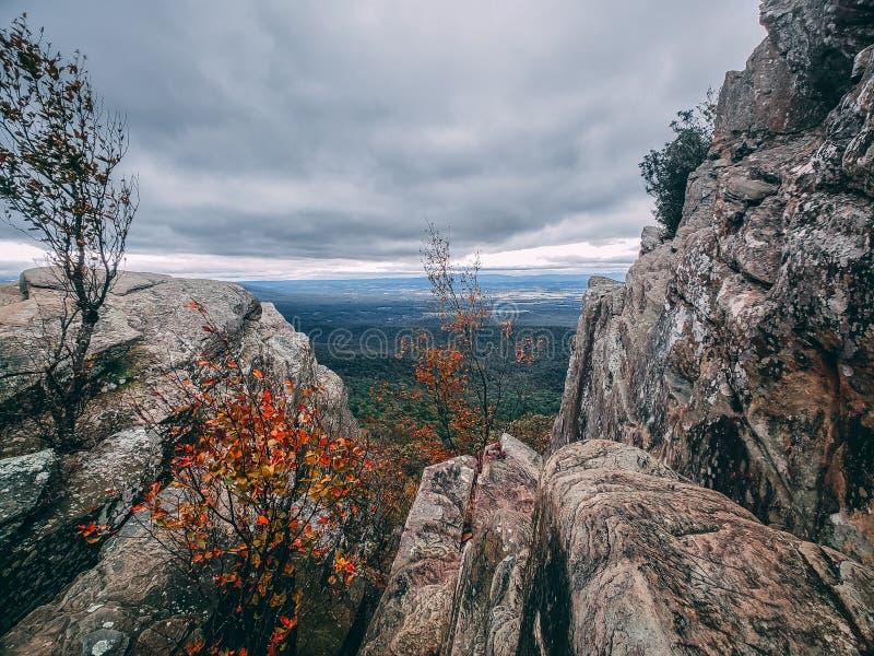Πρόωρα χρώματα φθινοπώρου σε ένα δύσκολο mountaintop που κοιτάζει έξω στην ευρεία κοιλάδα Shenandoah μακριά κατωτέρω στοκ φωτογραφία με δικαίωμα ελεύθερης χρήσης
