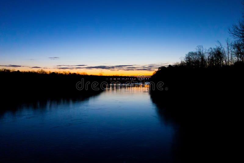 Πρόωρη ανατολή πέρα από τον ποταμό στοκ εικόνα με δικαίωμα ελεύθερης χρήσης