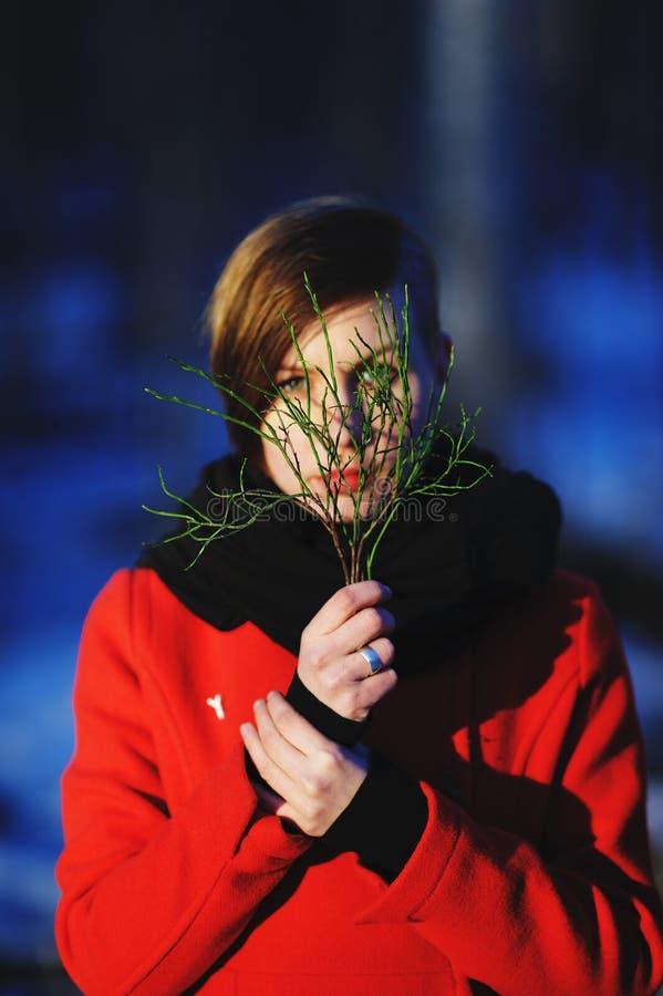 Πρόωρο πορτρέτο άνοιξη του χαριτωμένου ελκυστικού σοβαρού νέου κοριτσιού στοκ εικόνα με δικαίωμα ελεύθερης χρήσης