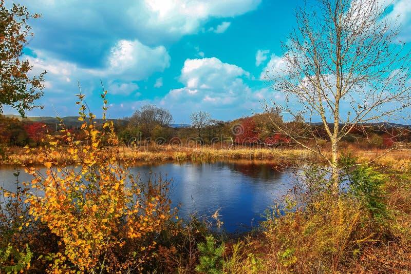Πρόωρο τοπίο autum στο παγκόσμιο γεωλογικό πάρκο λιμνών Jingpo στοκ φωτογραφία