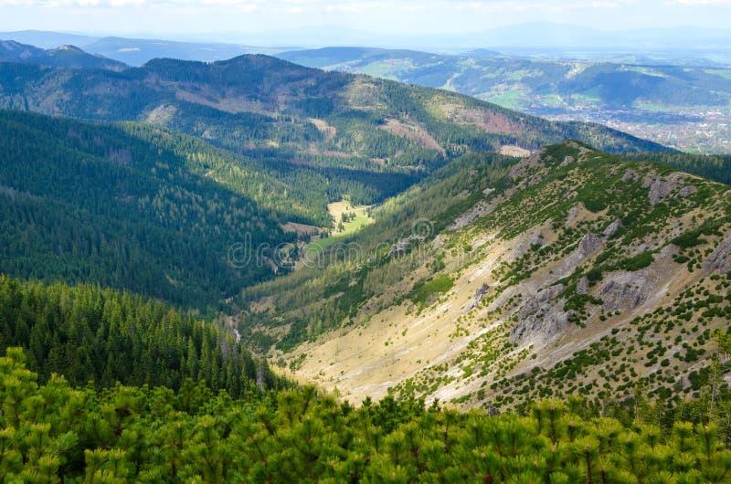 πρώιμη άνοιξη βουνών τοπίων στοκ εικόνες με δικαίωμα ελεύθερης χρήσης