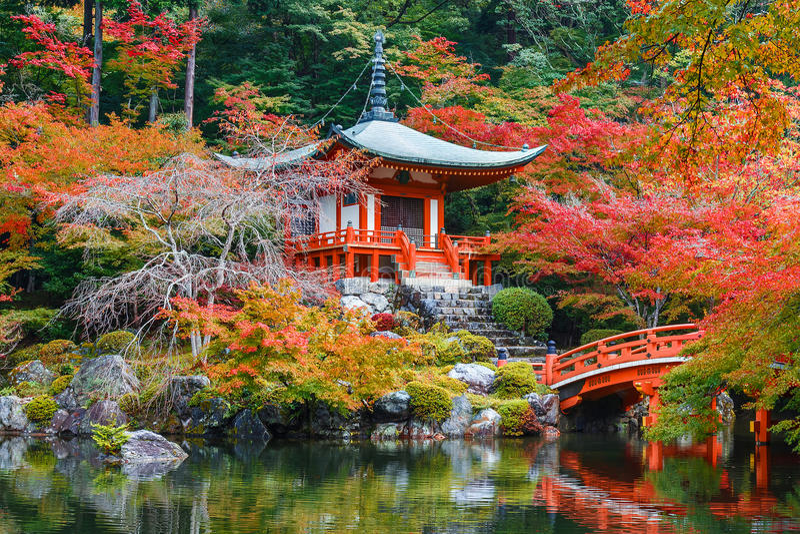 Πρώιμο φθινόπωρο στο ναό Daigoji στο Κιότο στοκ εικόνες