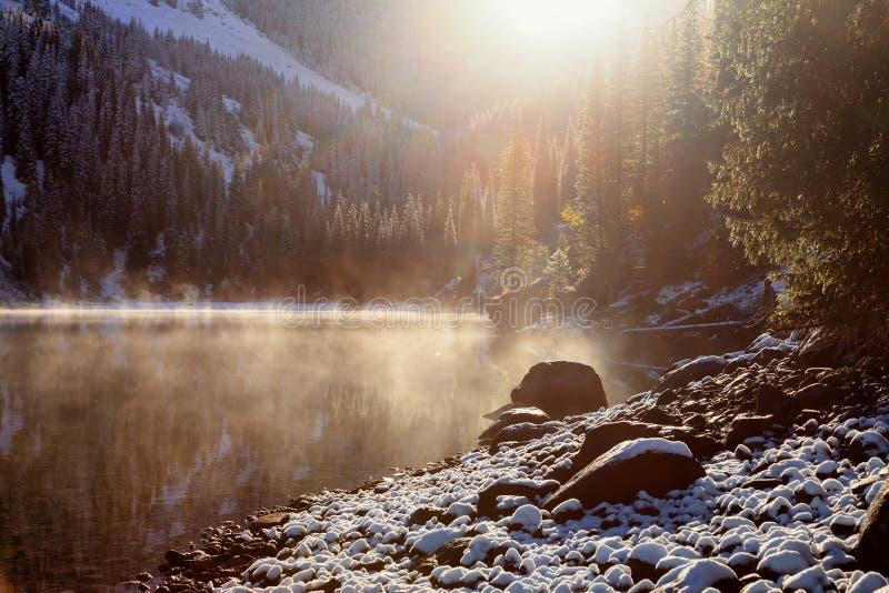 Πρώτες χιονοπτώσεις στη λίμνη στοκ φωτογραφία