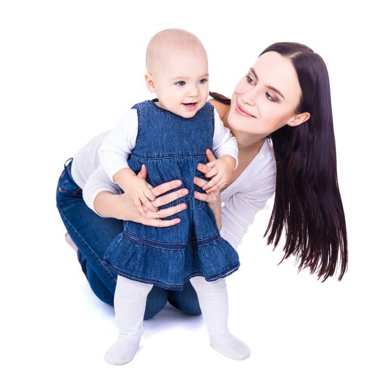 Πρώτη έννοια βημάτων - ευτυχές νέο παιχνίδι μητέρων με το κοριτσάκι ι στοκ εικόνα με δικαίωμα ελεύθερης χρήσης