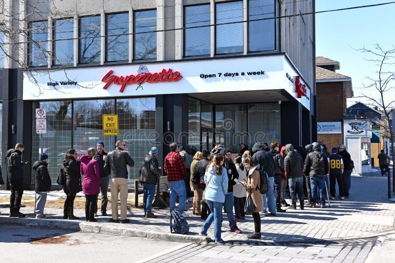 Πρώτη ημέρα των νομικών πωλήσεων καννάβεων μαγαζί λιανικής πώλησης στο Οντάριο στοκ εικόνα